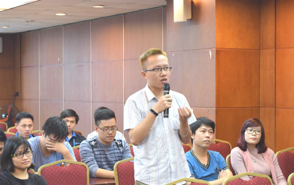 Người tham dự đặt câu hỏi cho diễn giả